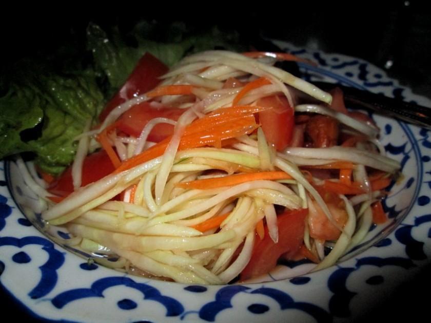 papaja salad with mild chili and peanuts (cashews)