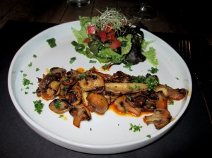 salad with toast and champignons and oyster mushrooms with red pesto, 9,30€