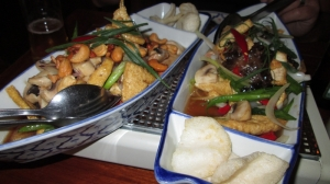 Tahoe Phad king (tofu with ginger and black mushrooms), 12,95€ & Tahoe phad medmamuang (tofu with cashew nuts and mushrooms), 12,95€
