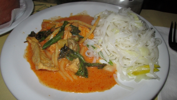 Red chilli curry paste with coconutmilk, pineapple, tofu and mushrooms, 15€ with rice noodles, 1,50€