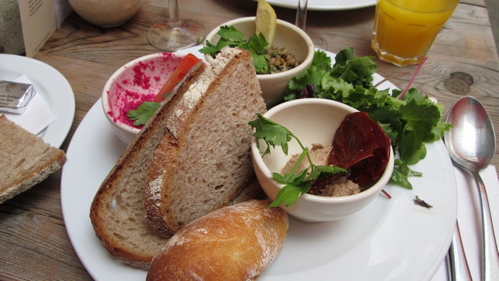 Oriental dish: tahini, hummus of red beet and lentils with lemon zest, with salad and sundried tomatoes, 14,10 €