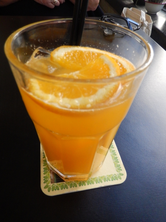 Fresh orange juice, 4€