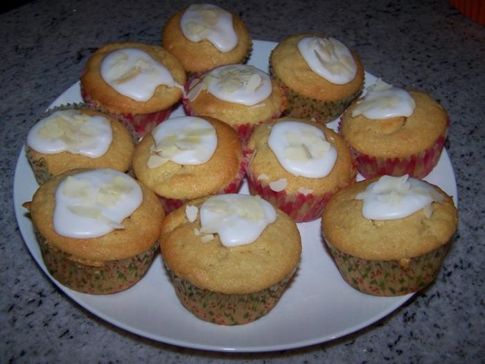 Frangipanemuffins met glazuur en amandelschijfjes