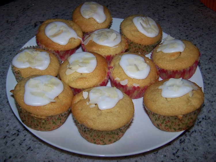 Frangipanemuffins with icing and sliced almonds
