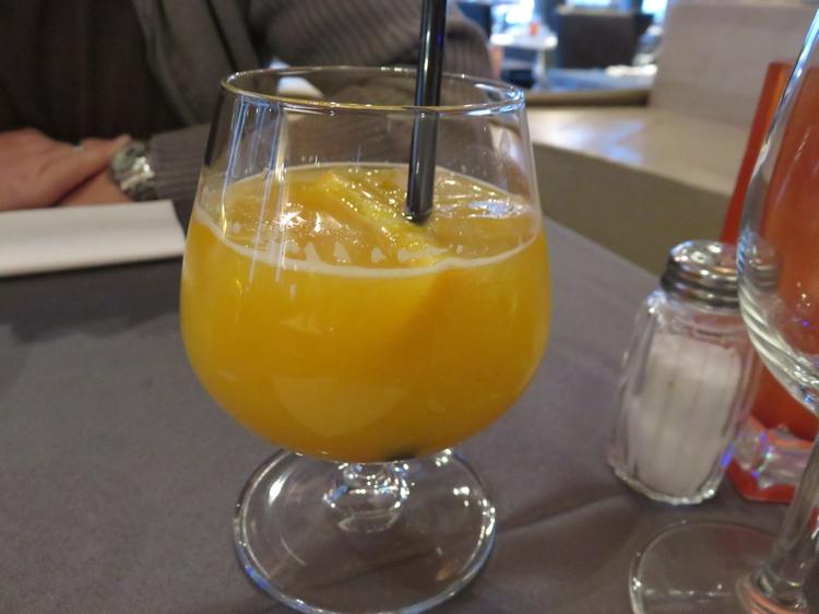 Fresh orange juice, 6€