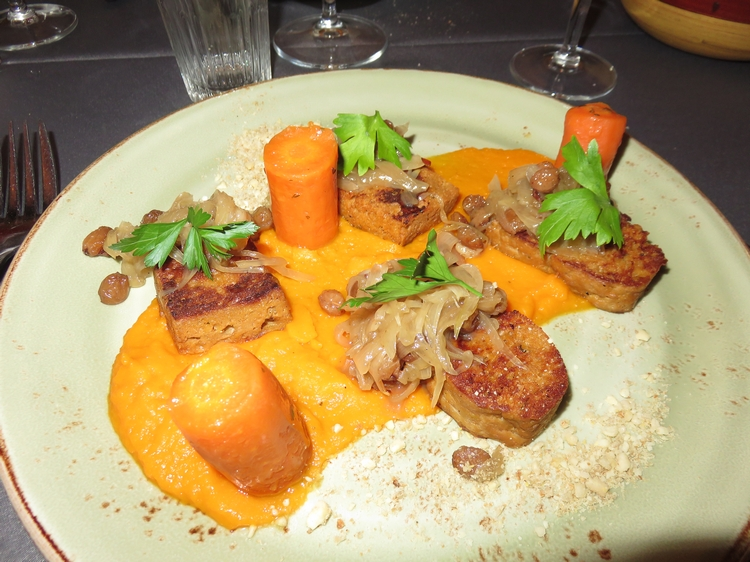 Smoked seitan with carrots and sjalots, 17,5€