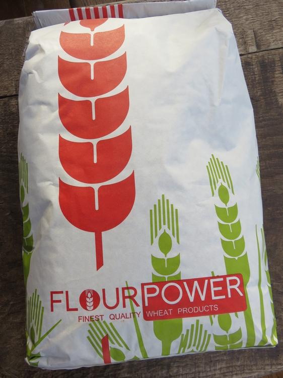 zak van 5kg (witte zak) met rood opschrift Flour Power en tekening van tarwa aren in rood en groen