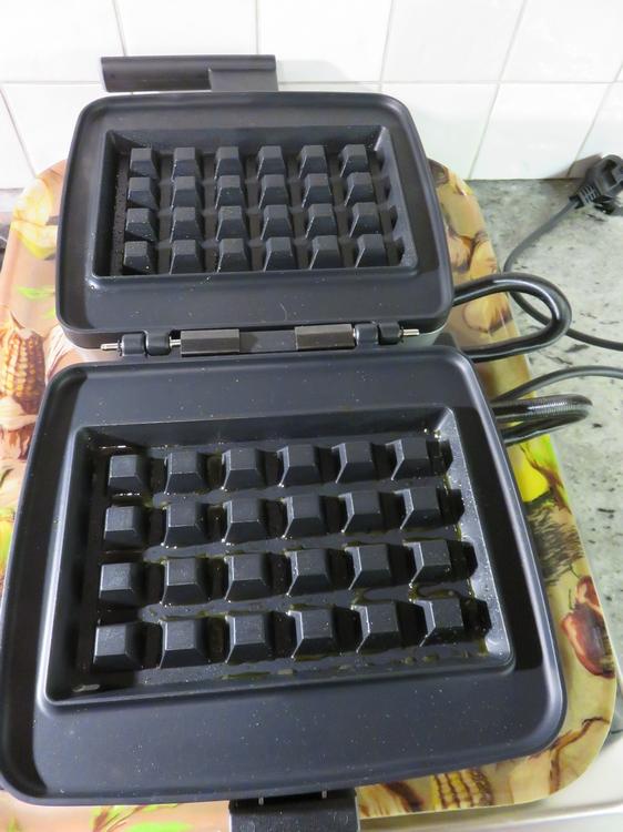 Waffle iron with big squares