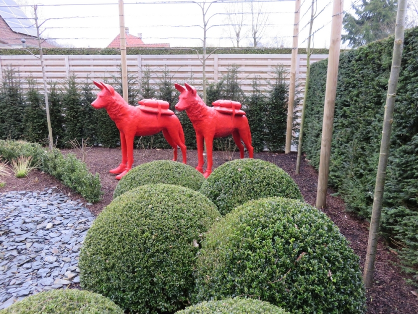 dog statues in front garden, petdogs?