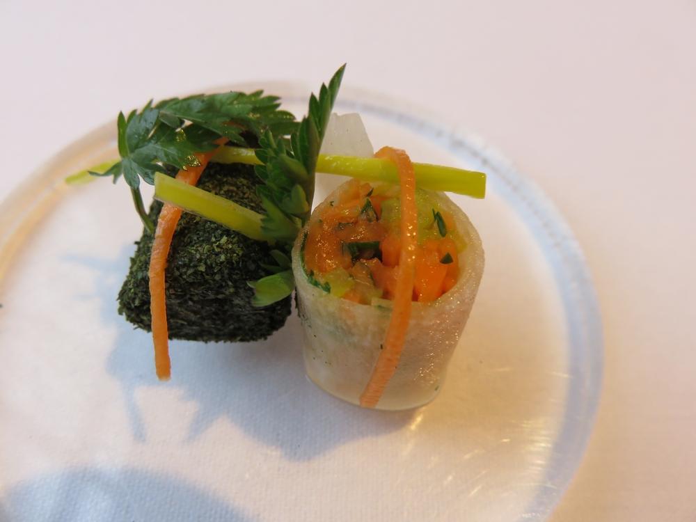 rolletje van rammenas en julienne van zoetzure groenten