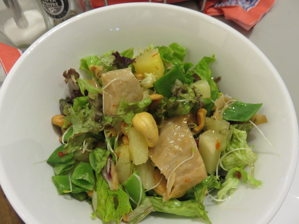 Thai 'chicken' salad with cashews and sweet sour pineapple, 6,5€
