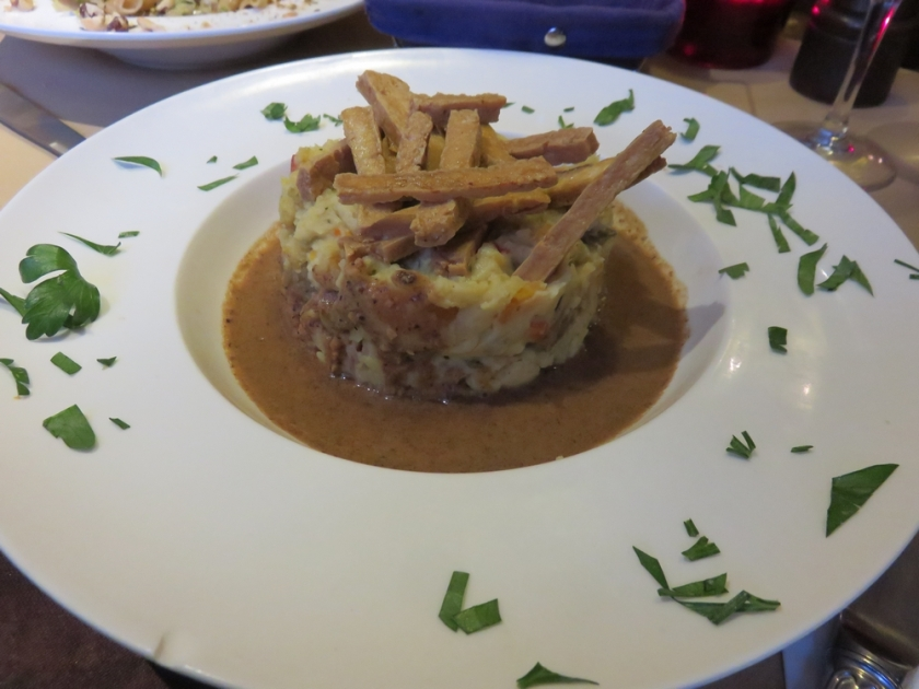 Stoemp (a potato mash) of southern vegetables with crispy tofu and sauce of roasted nuts, 16€
