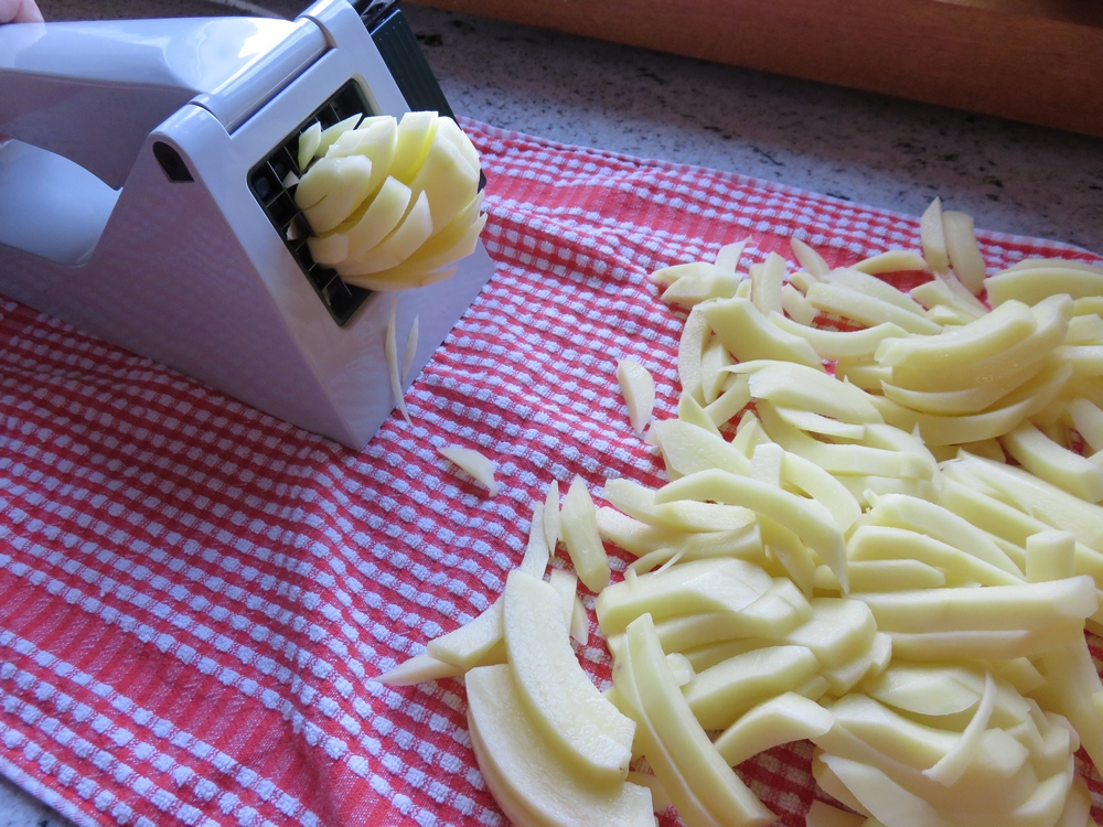 Cutting the potatoes