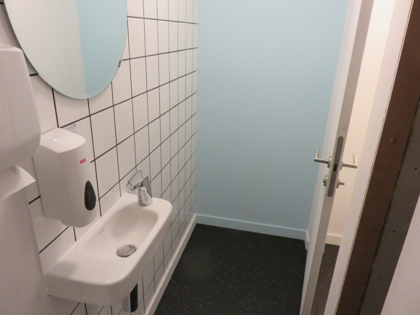 Toilet: clean and tidy. Loving Hut Veganerie, Louvain.