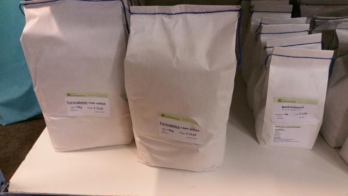 witte zakken van 5 kg tarwegluten in het rek
