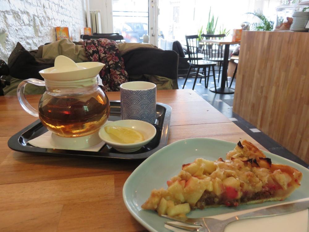 Apple pie and lemon tea