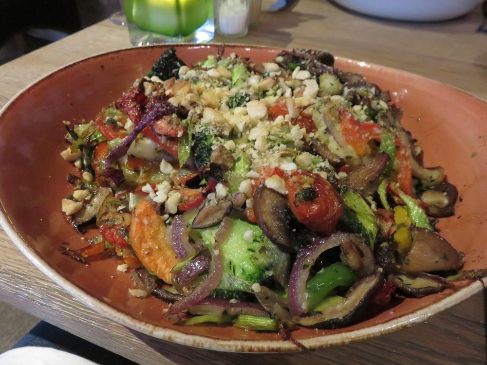 jacked potato, stir fried vegetables, sundried tomatoes and almond parmezan (16€)
