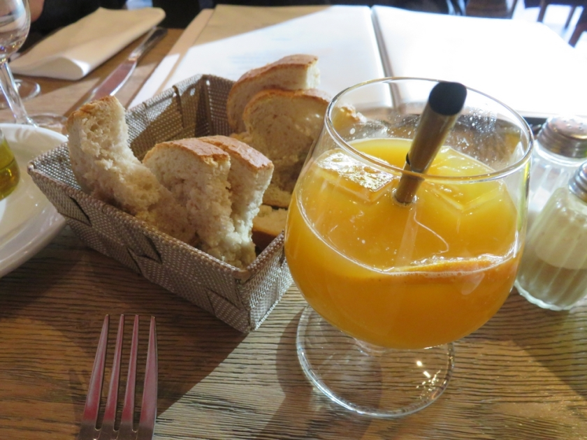 Fresh orange juice, 6€