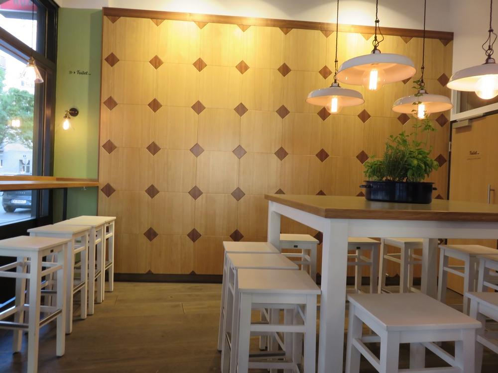 Swing Kitchen, interior