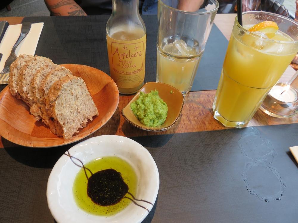 apple juice (4,20€ and fresh orange juie (6,40€) and appetizers