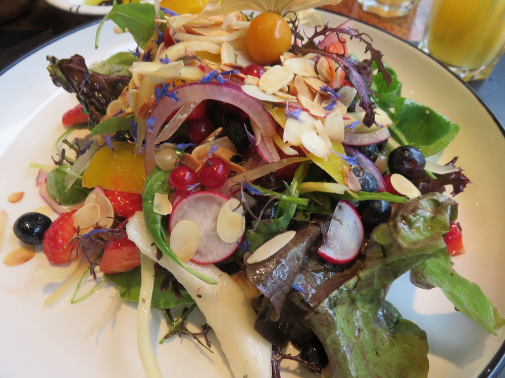 Varied salad with yellow beets, 20€