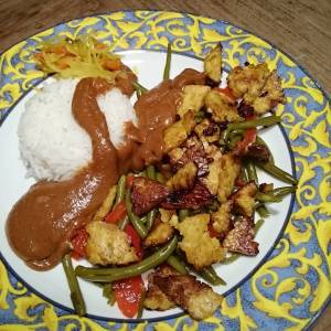 Indonesian inspired dinner! 😄👍 Lupeh, haricots and bell peppers, with peanut sauce, rice and atjar. Lupeh is like tempeh, but made from lupine beans (made by #dehobbit )