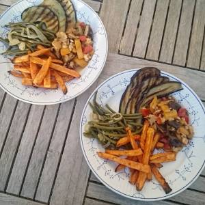 This was dinner! Grilled eggplant, wok with smoked tempeh, shiitakes, bell peppers in sauce of shoyu, oat creme, garlic and chilli, haricots with sjalots and sweet potatoes. Haricots, eggplant and bell peppers from the garden! 🍆🌿🍆🌿🍆🌿'🍆🌿🍆🌿
