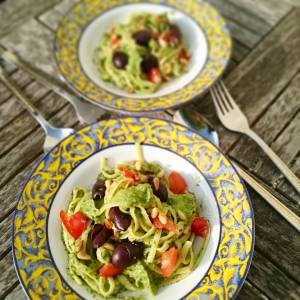 Pasta with creamy avocado purslane sauce, olives, cherry tomatoes and roasted pinenuts. Yummie! Puslane and tomatoes from the garden. Wish I could also grow avocados in my garden 😄 I'm hoping to have olives one day 👍 🍎🌿🍎🌿🍎🌿🍎🌿