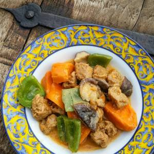 Simple, but delicious! Soy chunks, bell peppers, shiitakes, sweet potatoes in red curry.