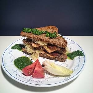 Lupeh Reuben sandwhich! With parsley (and rucola and garlic) dressing. **Lupeh** looks just like tempeh, but is made from lupine beans 🌾🌿🍀