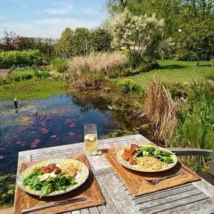 I 💝 Spring! 🌞🌞 Lunch by the pond. Spinach salad with radish from the garden (with also olives, pinenuts, sundried tomatoes and avocado), lupine burgers and some left over wholegrain pasta. Bon appetit 😄