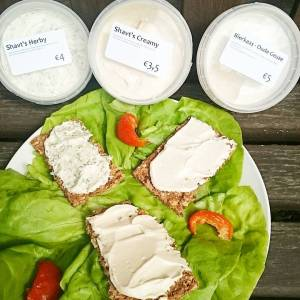 A visit to Leuven also means a visit to vegan shop SHAVT! Enjoying these 3 homemade creamy cheezes: herby, creamy and oude geuze (with beer). On homegrown lettuce 🌿🌿😄