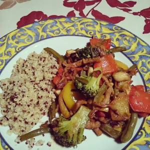 Just a simple - but delicious - wok! Gyros strips with red and yellow bell peppers, broccoli, haricots, sjalots, cashews, garlic, in tamari/agave. With bulgur and couscous. 🌿🌻🌿🌻🌿🌻🌿