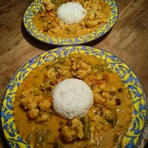 Last night's dinner: red sweet potato curry with cauliflower and adzuki beans. Cauliflower, peppers and haricots from our garden! Recipe from Isa does it. @isachandra 🌿🌻🌿🌻🌿🌻🌿🌻