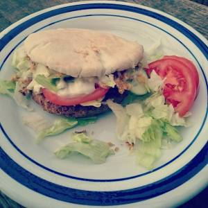 Just a simpel vegan burger, with garlic veganaise, iceberg salad and fried onions 😄