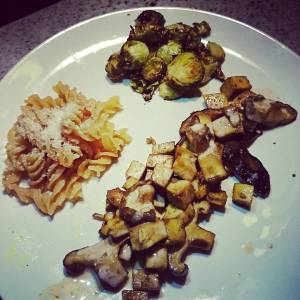 Oven roasted brussels sprouts -with garlic and salt n pepper (homegrown!). Tofu and shiitakes, baked in soysauce, with oatcream Lentil pasta (glutenfree) with ground cashew.
