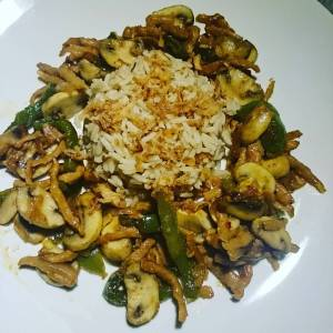 Brown rice with green bell pepper, mushrooms, onions, vegan gyros strips, chilliflakes and garlic, baked in peanut oil! 🐑🌿🐑🌿🐑🌿🐑🌿