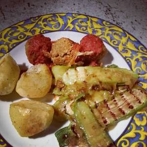 Had to harvest the last zucchinis because of night frost. Yummie, but a pity I couldn't let them grow bigger! Potatoes are also from the garden. Grilled baby zucchinis with chili, tamari, olive oil, and salt, topped with vegan cheese, and falafels and tomato sauce and baked potatoes
