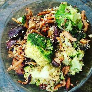 ust a simple wok for lunch. Gyros strips with broccoli, quinoa and shiitakes, baked in peanut oil, tamari and a bit of agave. 🍀🌻🍀🌻🍀🌻