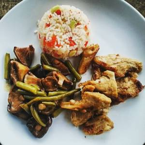 Shiitakes and haricots, with ginger and tamari. 'Kipstuckjes' marinated in agave, lime, garlic, pepper, tamari. Fried basmati rice with scallions and bell pepper. 🌿🌾🌿🌾🌿🌾🌿🌾🌿