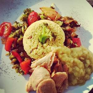 Couscous, curry zucchini sauce with pinenuts, stirfried vegetables in tamari, and vegan 'chikken'pieces (kipstuckjes) 👌🍀👌🍀👌🍀👌🍀👌🍀
