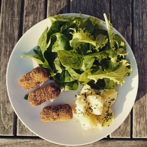 Smoked lupine croquettes (homemade, with lupeh and liquid smoke). With a mixed salad from the veg garden and cold potatoes. lupeh = similar to tempeh, but made from lupine (from De Hobbit)