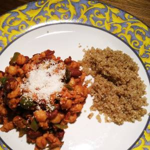 Homegrown quinoa! Yeah 😎 And a stew with beans, greens and tomato sauce and vegan parmesan.
