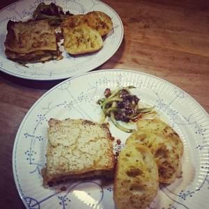 Homemade lasagne, with garlic bread. Sweet sour spirulised cucumber on the side. Yummie! 😄 #whatveganseat #vegan
