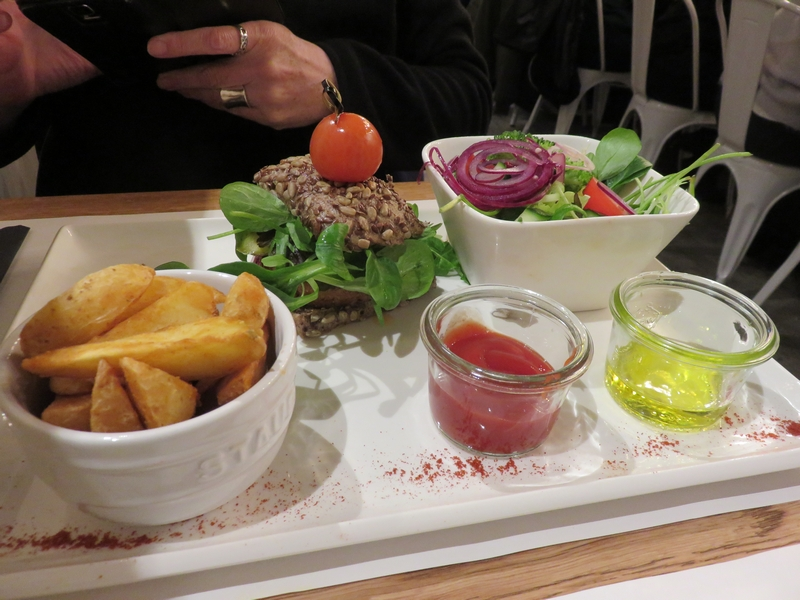 burger, with potato wedges, salad, ketchup, olive oil, 15,90€